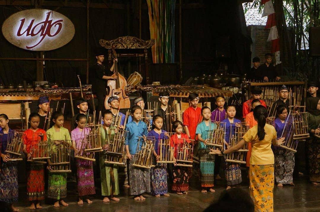 Nuansa Sunda yang Syahdu di Saung Angklung Udjo